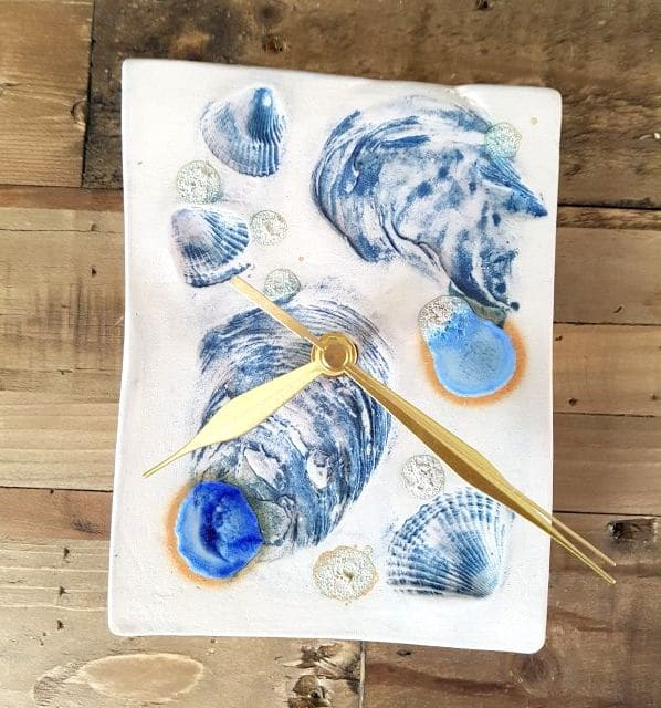 blue sea shells clock